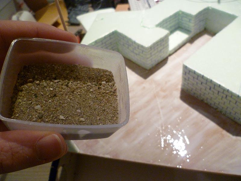 Het mensgel van zand en kleine steentjes
