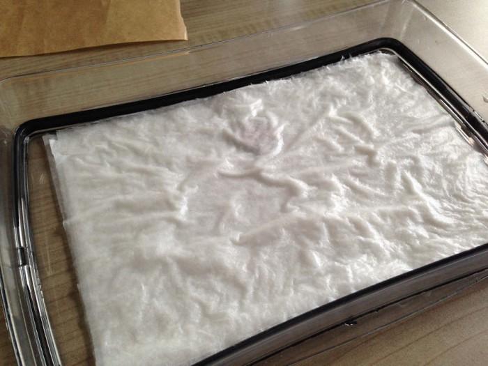Het keukenpapier goed doordrenken met water