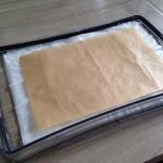 Vetvrij bakpapier op het natte keukenpapier leggen