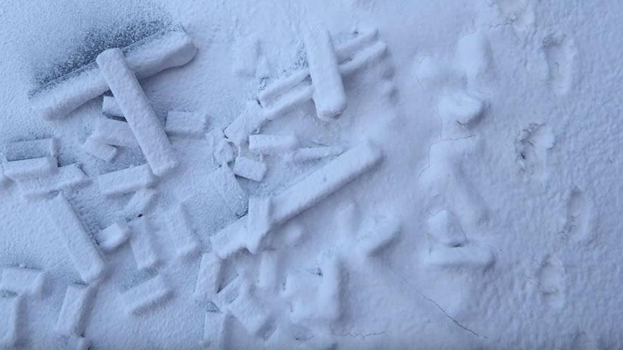 Krycell Snow met schoenafdrukken aan de rechterzijde